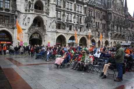 Musik und Diskussion auf der Bühne am Marienplatz