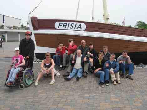 """Die Gruppe mit Betreuern vor dem Schiff \""""Frisia\""""."""